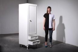 split personality closet schitzophrenia schrank mit gespaltener persönlichkeit mit unterschiedlicher vorder- und rückseite aus der graf seibert psycho furniture collection